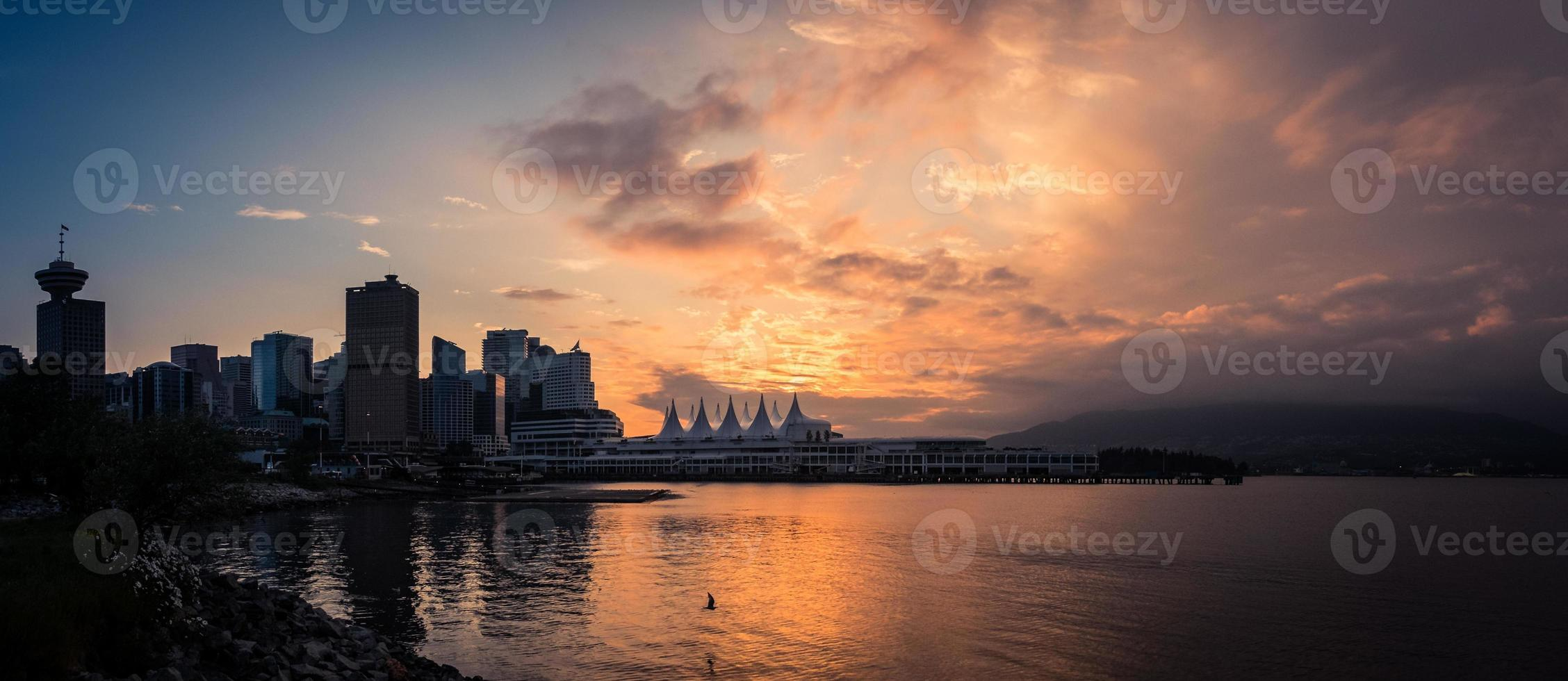 épico pôr do sol sobre vancouver foto