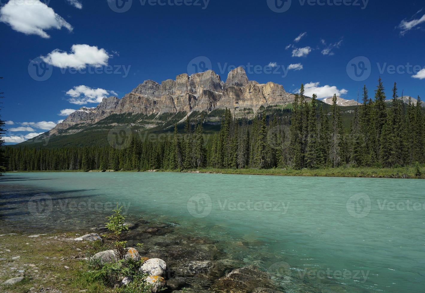 montanha do castelo & rio do arco no parque nacional de banff foto