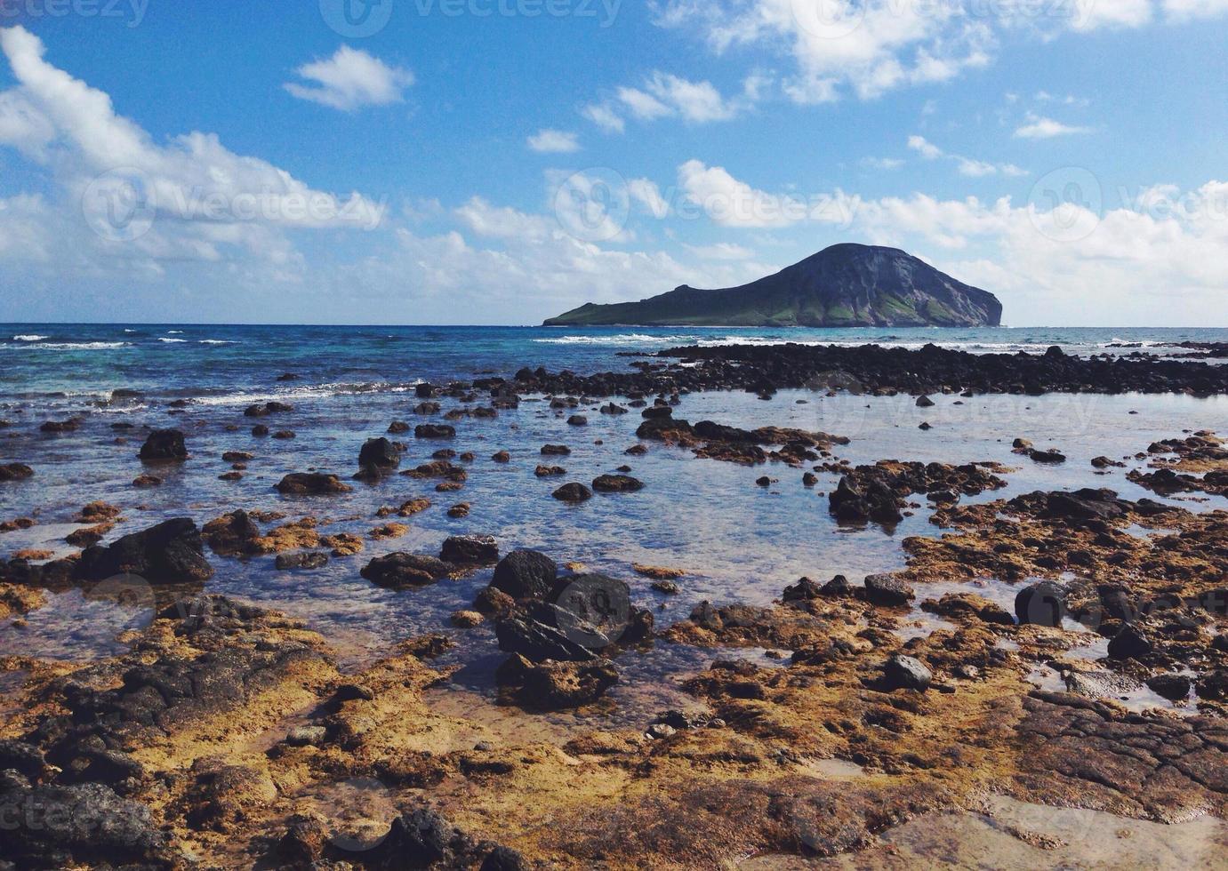 praia rochosa com ilha oceano e coelho waimanalo Havaí foto