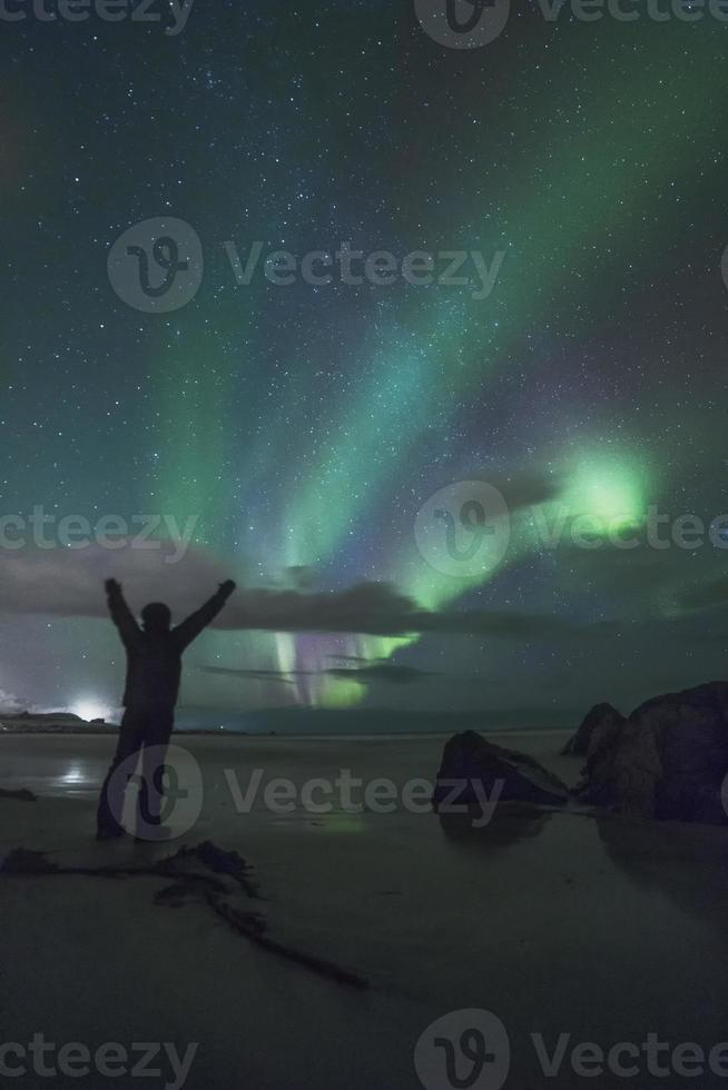 aurora boreal na praia de sandnes ii foto