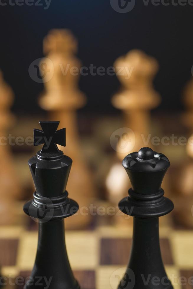 algumas peças de xadrez de madeira foto