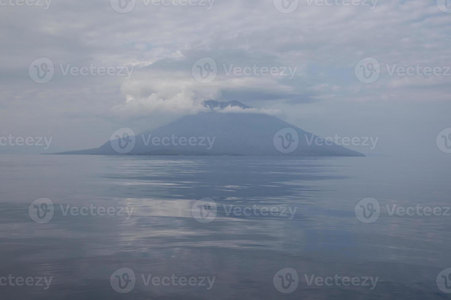 vulcão e oceano pacífico foto