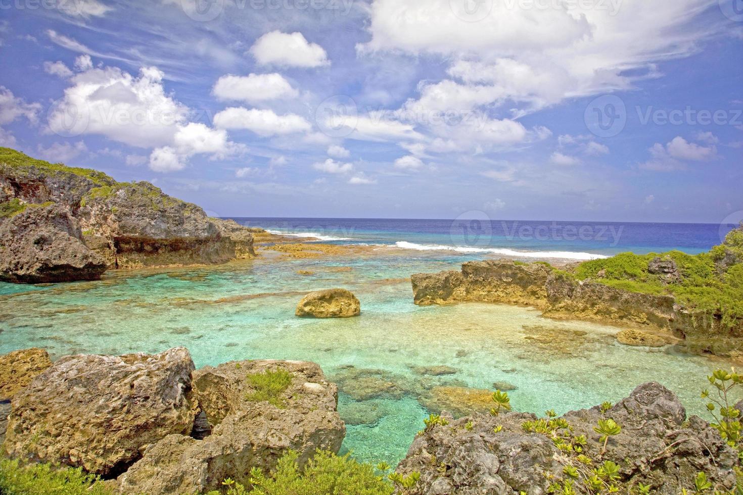 vista sobre piscinas limu em direção ao oceano, niue. foto