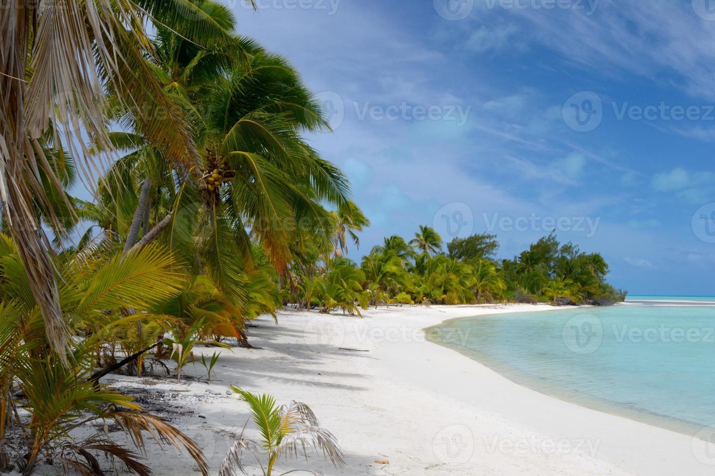 praia deserta em uma ilha remota foto