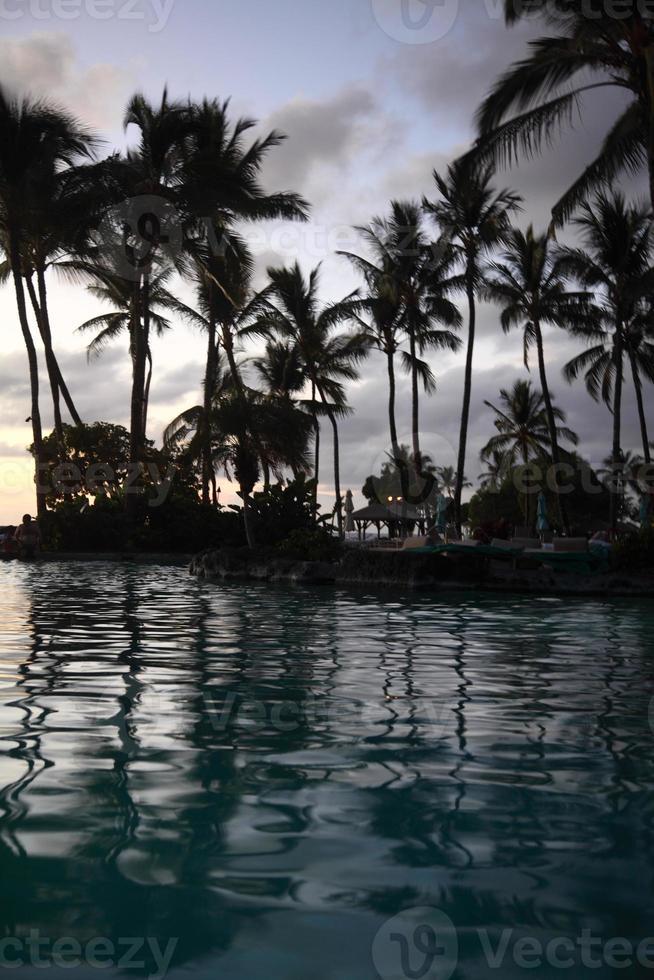 pôr do sol na ilha de férias foto
