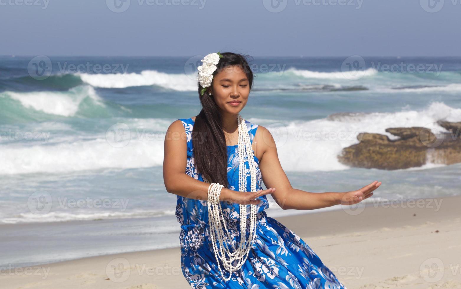 bela dançarina de hula adolescente em uma praia vazia foto