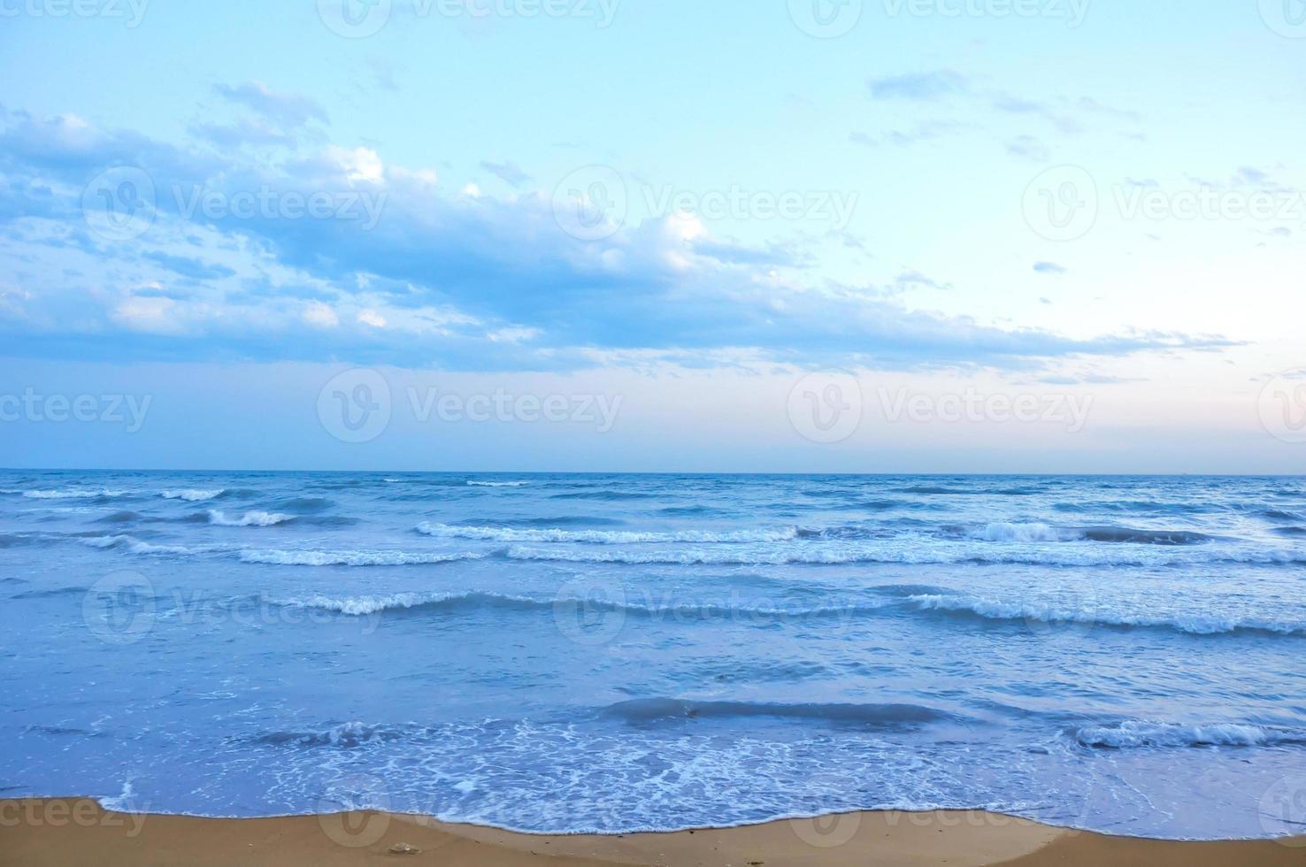 belo pôr do sol na praia foto
