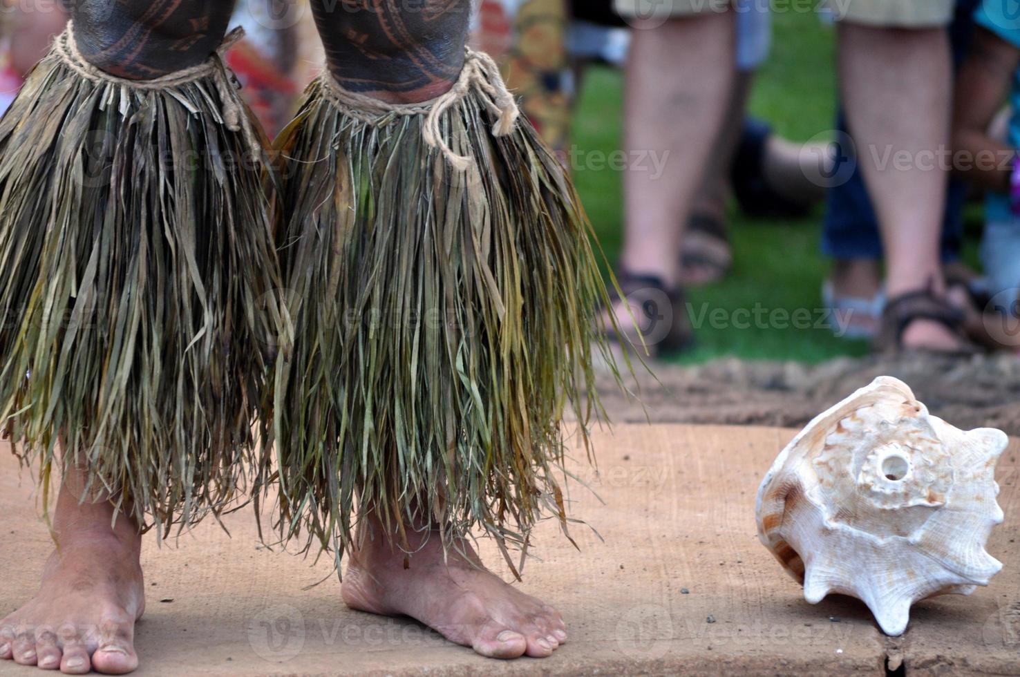 caneleiras cerimoniais havaianas no luau foto