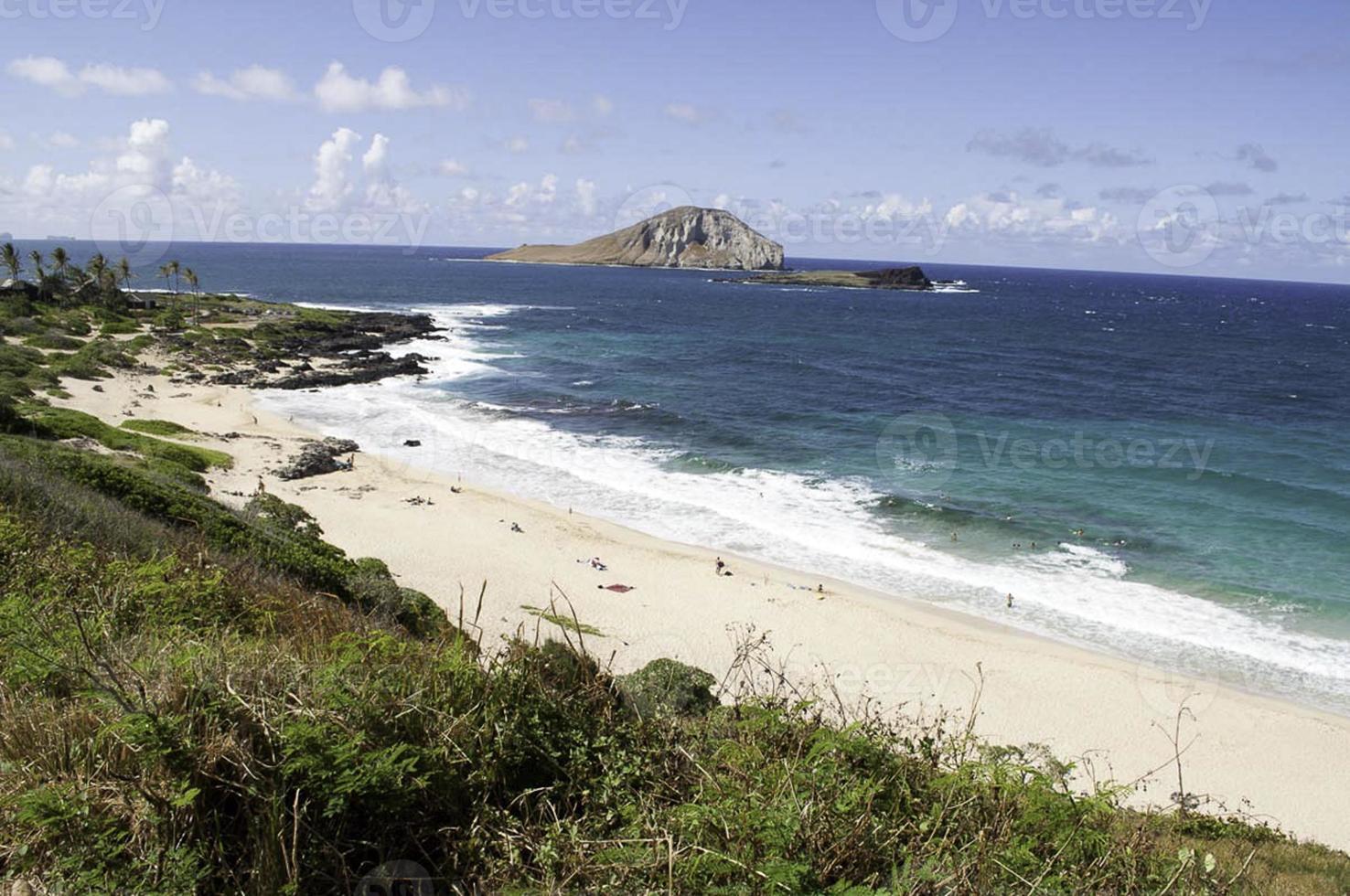 Vista da praia de Makapu'u em um dia ensolarado de praia. foto