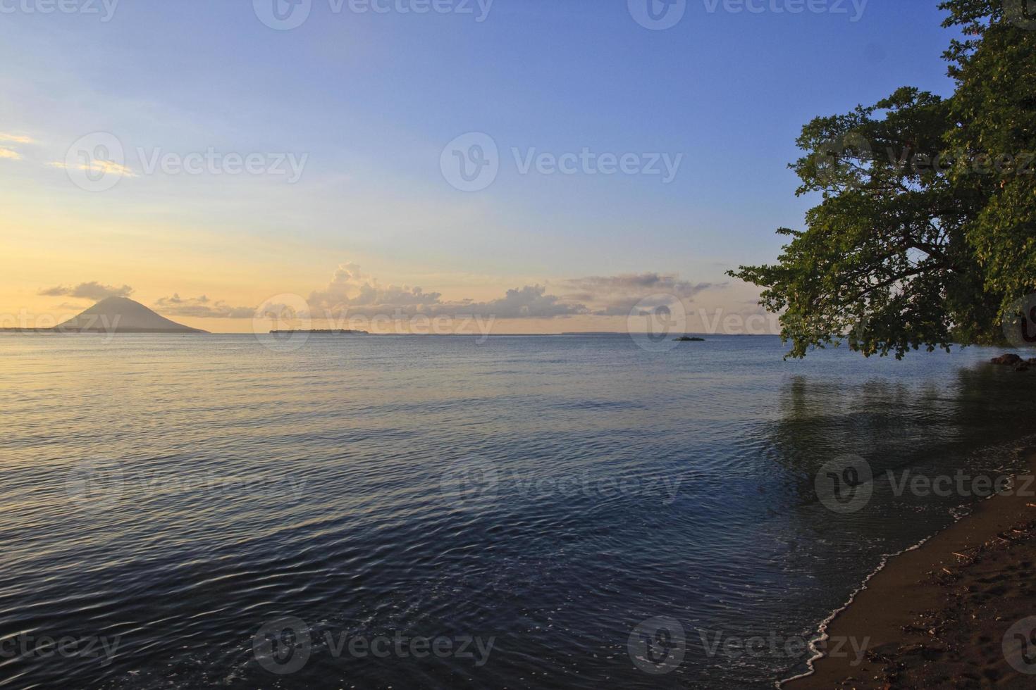 pôr do sol perto bunaken indonésia foto