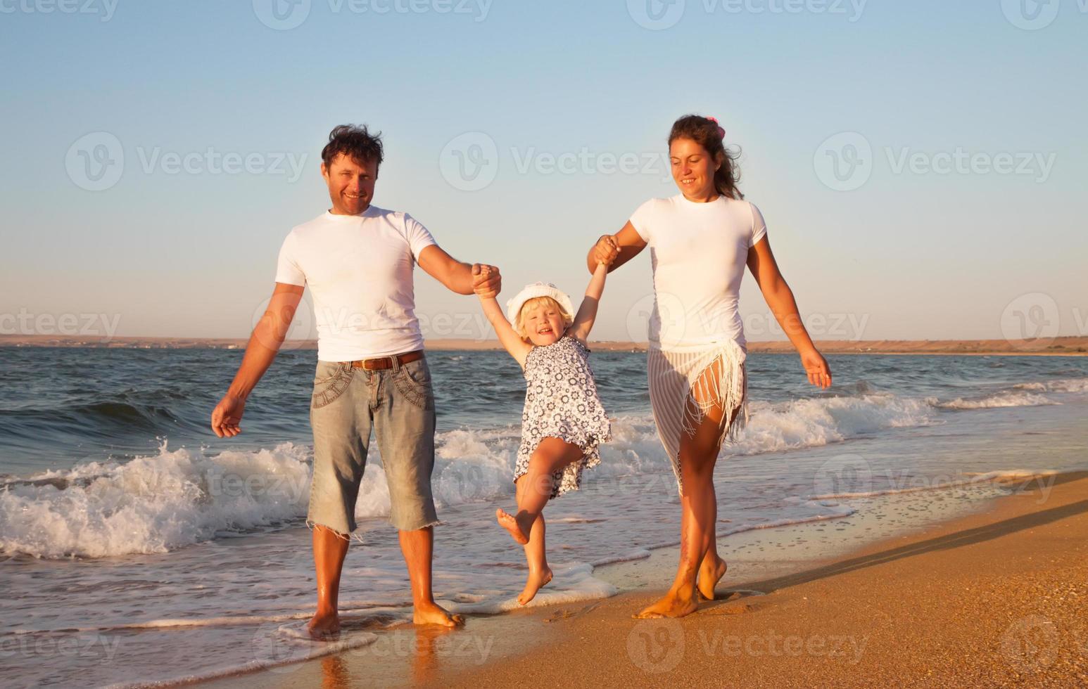 família em férias na praia foto