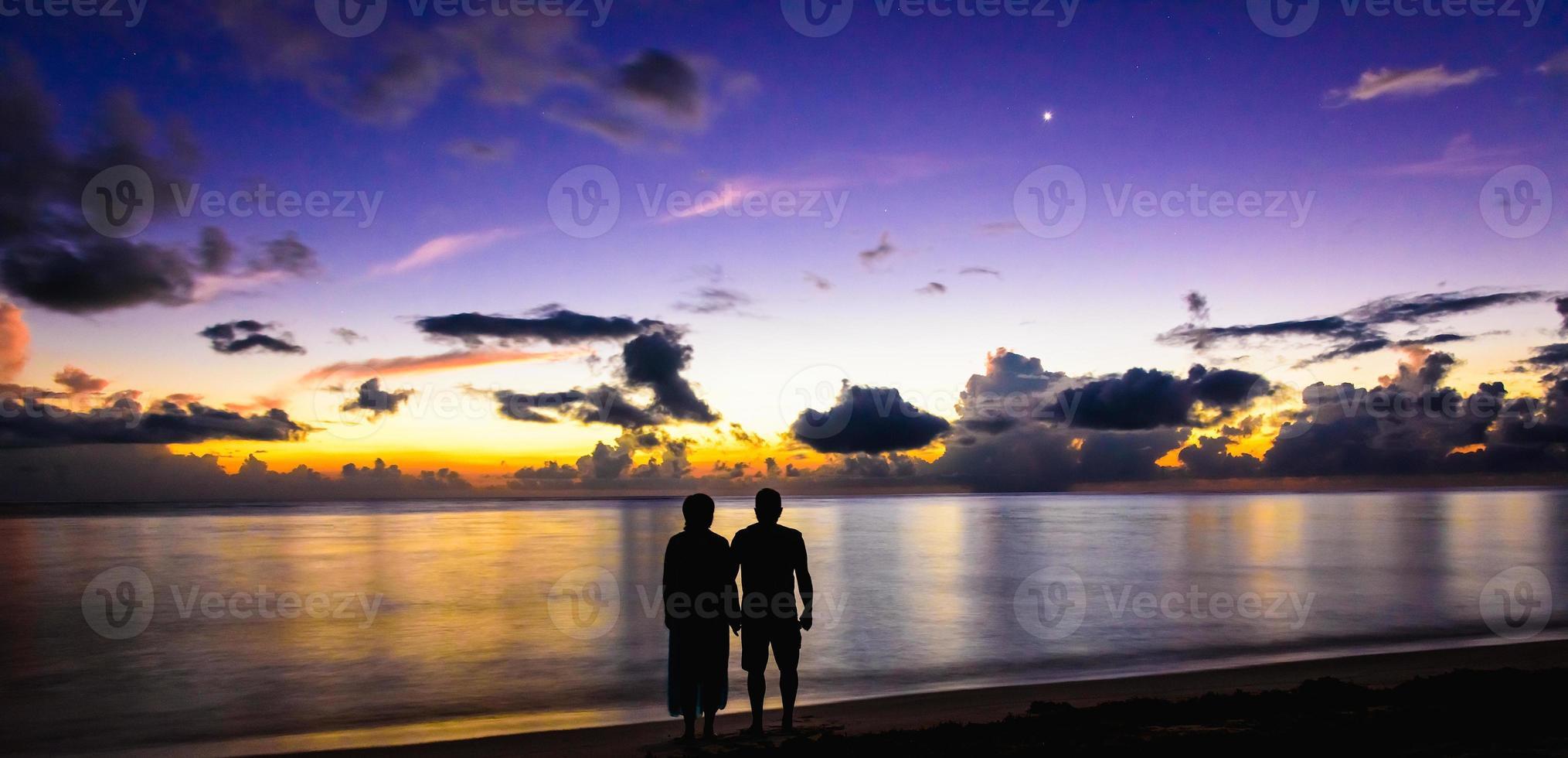 família cumprimentou o amanhecer foto