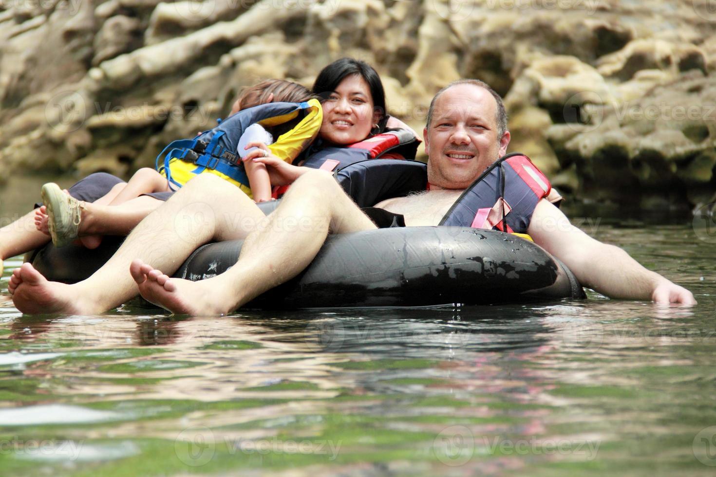 família no tubo inflável foto