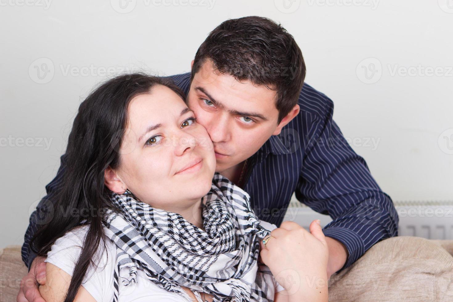 jovem casal de família apaixonada foto