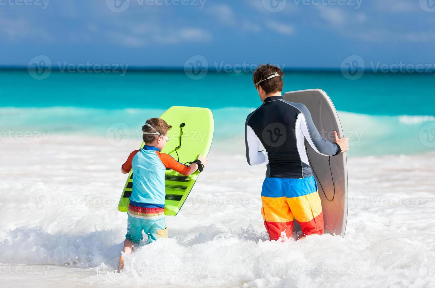 diversão na praia da família foto
