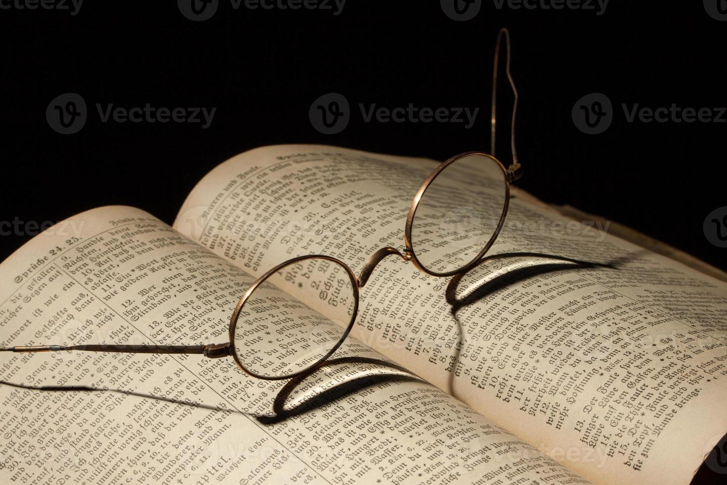 Bíblia antiga da família foto