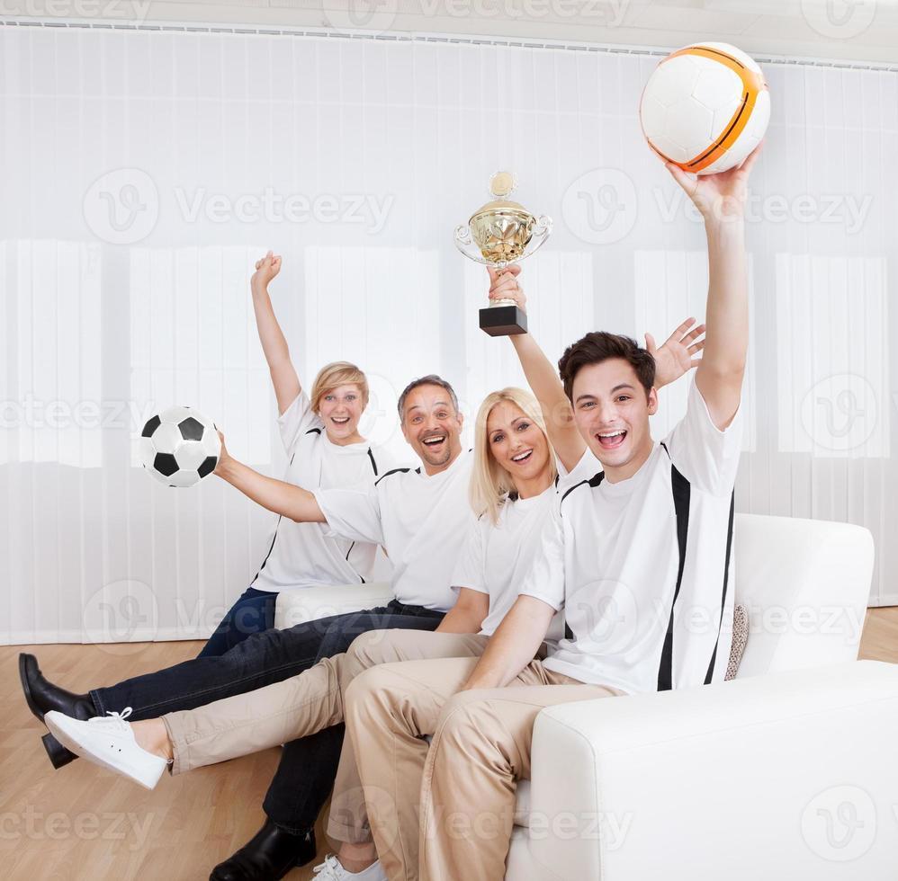 família em êxtase comemorando uma vitória foto