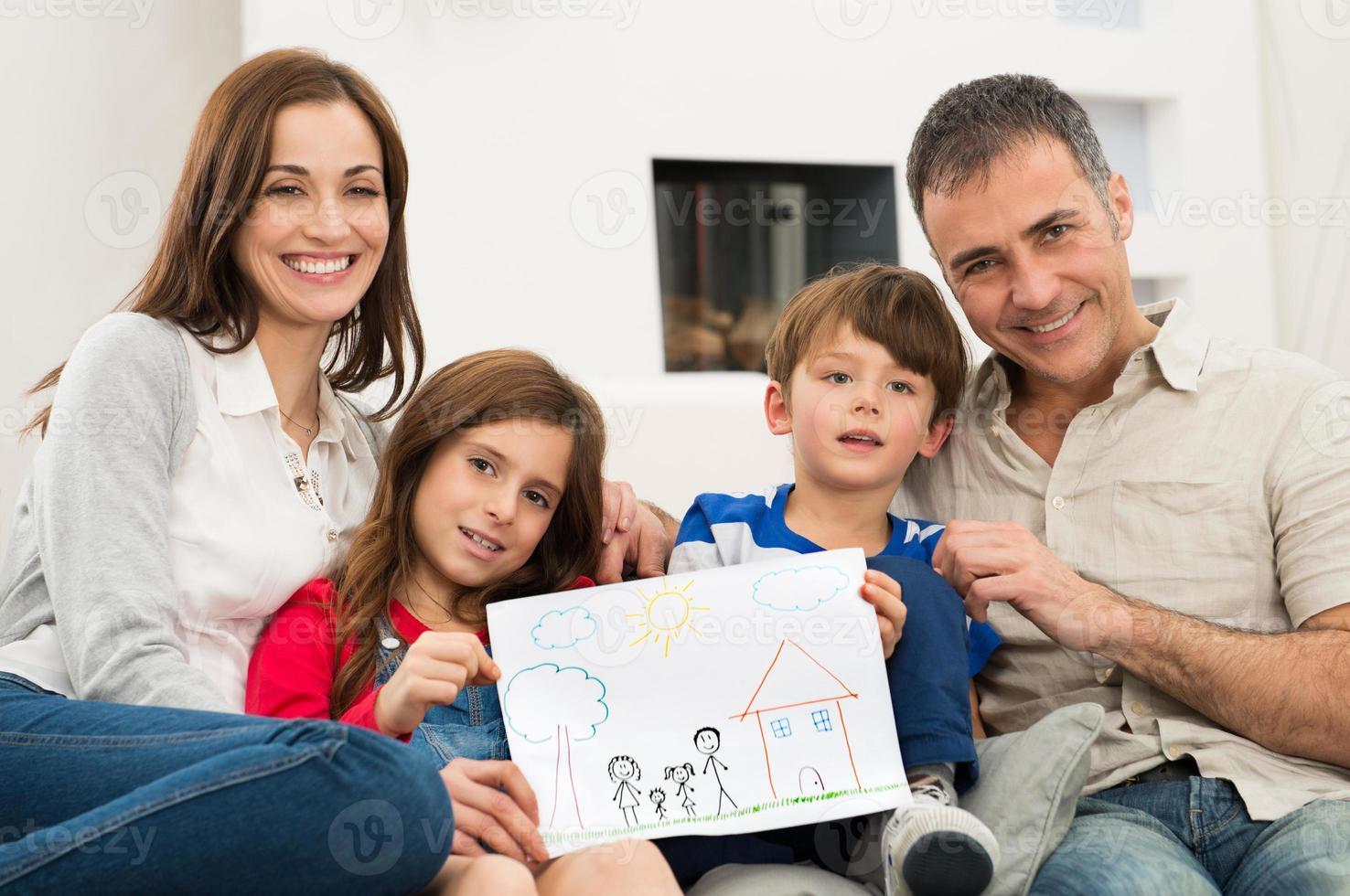 família com desenho de casa nova foto