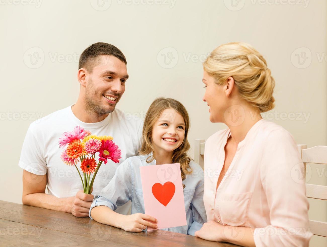 família feliz comemorando o dia das mães foto