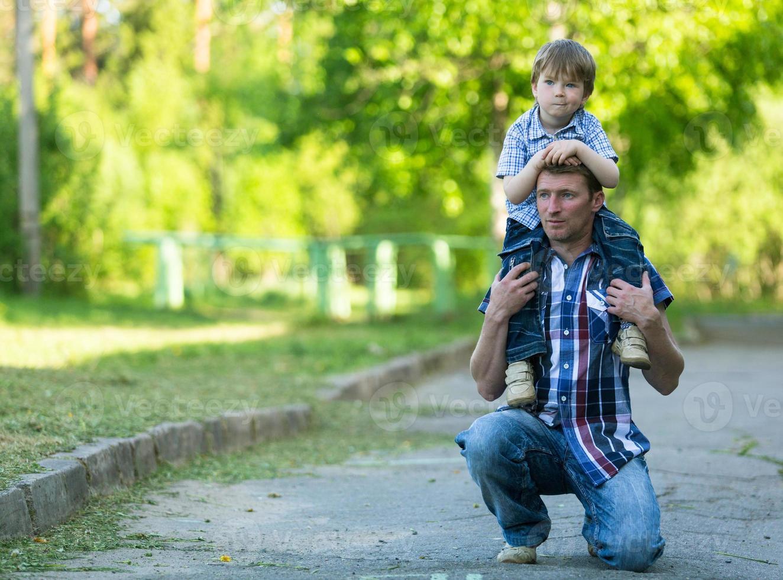 retrato de pai e filho ao ar livre foto