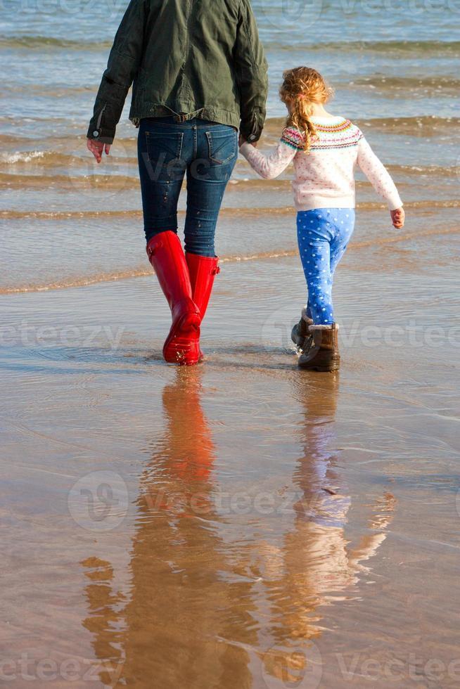 mãe e filha na praia foto