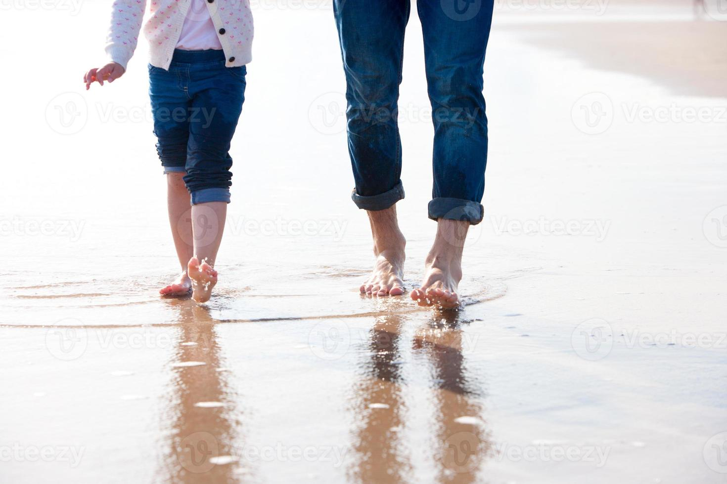 com os pés descalços na praia foto