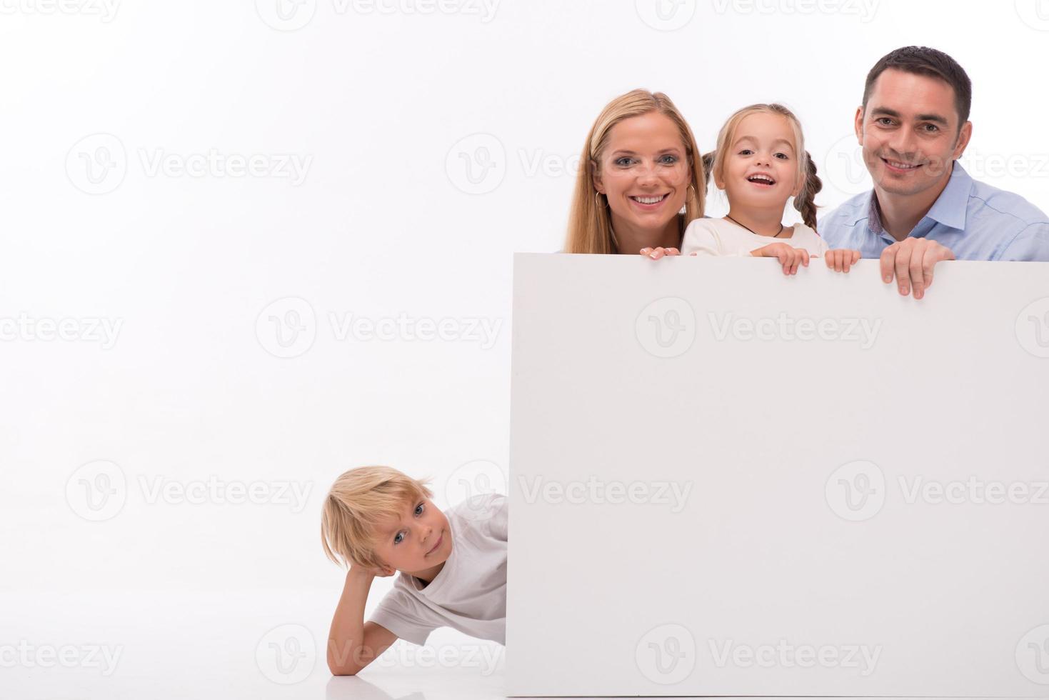 família feliz isolada no fundo branco foto