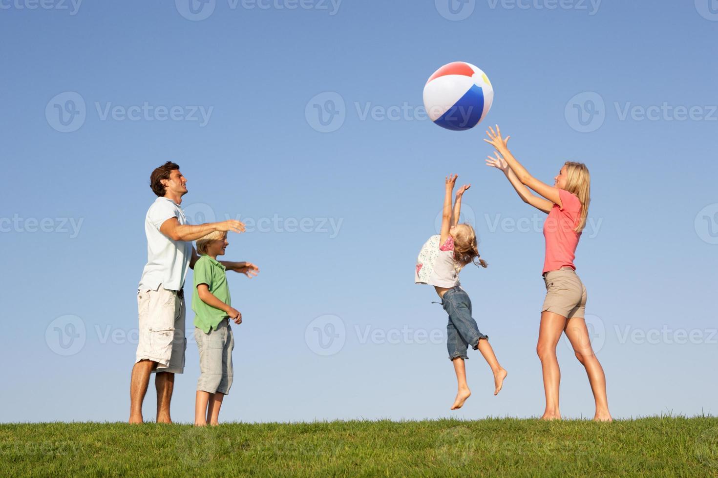 família jovem jogando em um campo foto