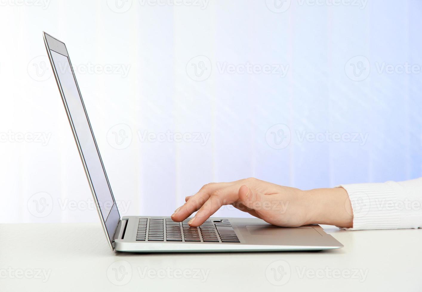 closeup de mãos de mulher de negócios, digitando no computador portátil foto