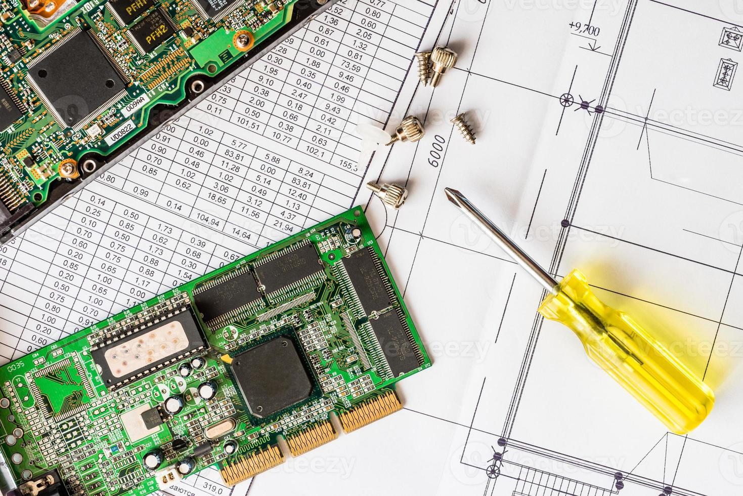 reparar computador quebrado, um chip com uma chave de fenda foto