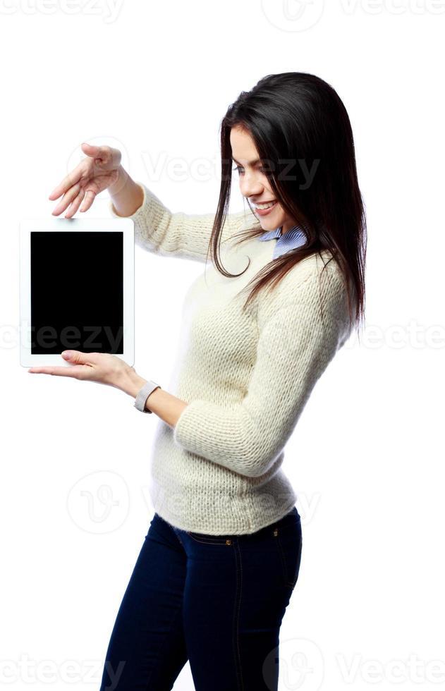 jovem empresária alegre mostrando na tela do computador tablet foto
