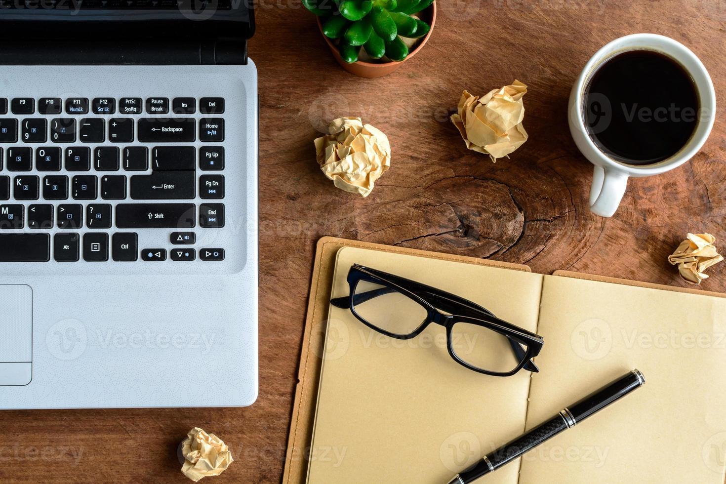 laptop e café na mesa de madeira velha foto