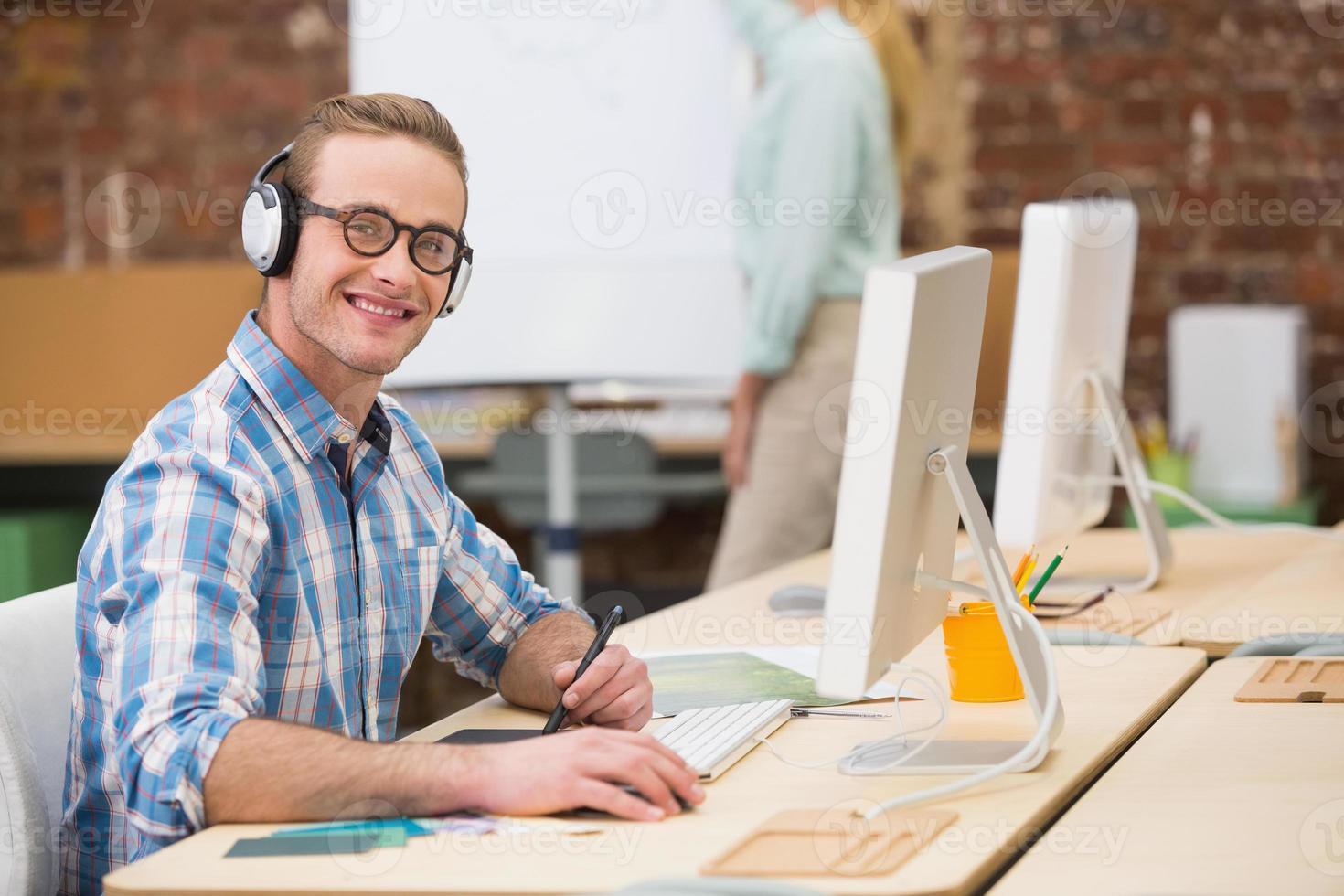 editor de fotos masculino casual usando o digitalizador no escritório