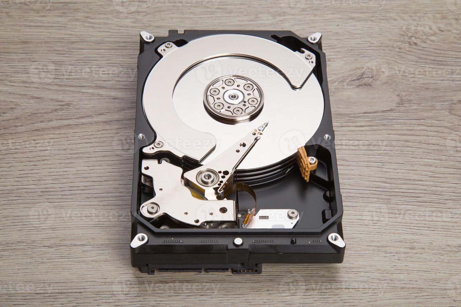 disco rígido aberto na mesa de madeira foto