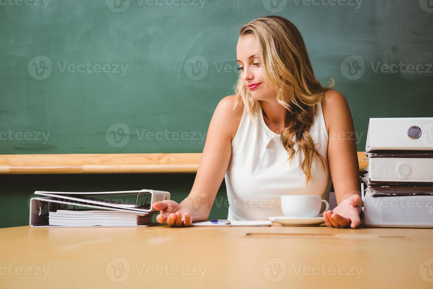 bela empresária na mesa de escritório foto