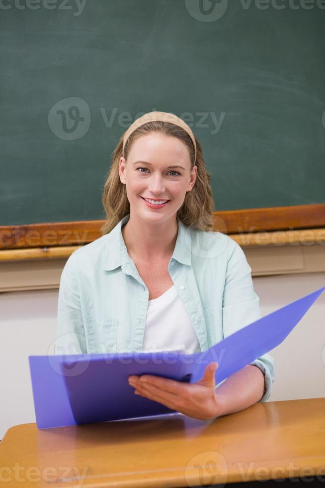 papéis de leitura do professor em sua mesa foto