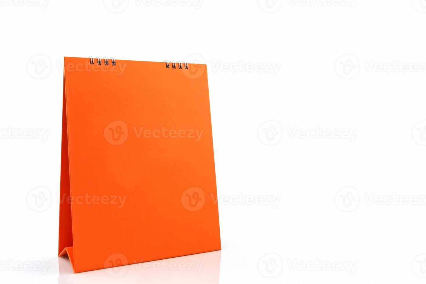 calendário espiral de mesa de papel em branco laranja. foto