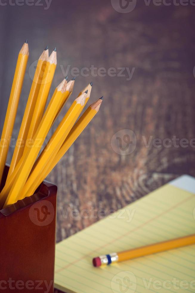 grupo de lápis amarelos no porta-lápis foto