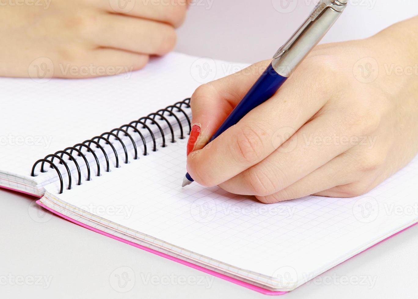 jovem aprendendo na mesa. sobre fundo branco foto