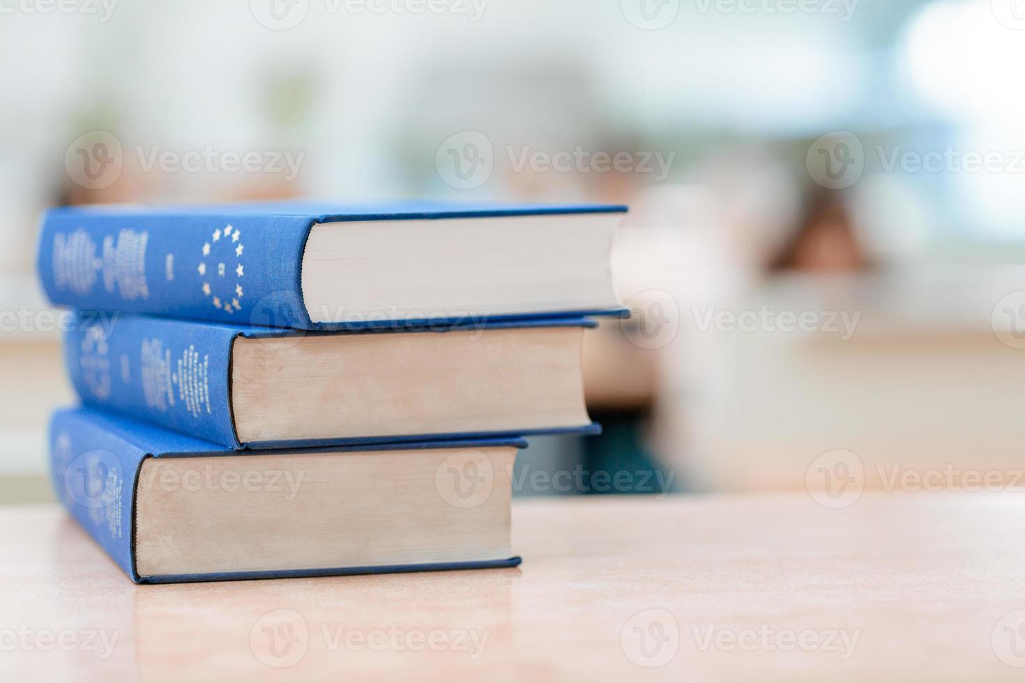 livros estão sobre a mesa foto