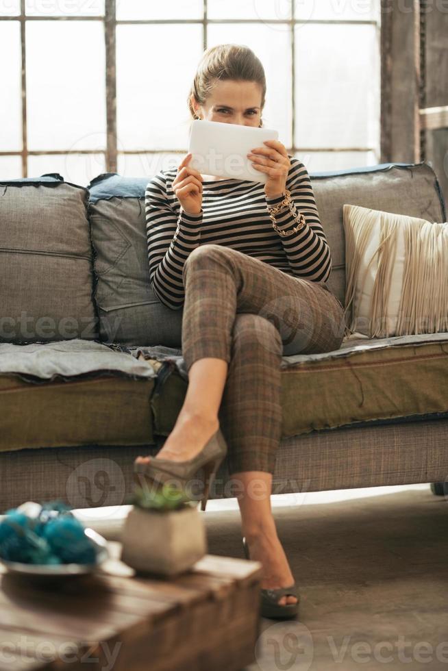 jovem mulher usando o tablet pc em apartamento loft foto