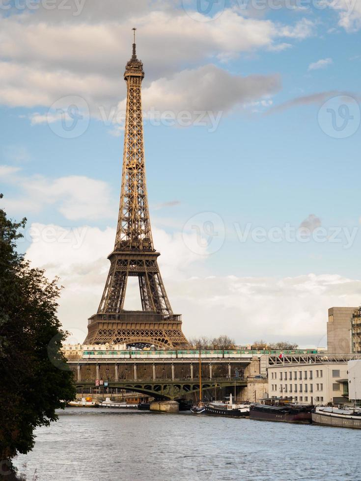 metrô de paris e torre eiffel foto