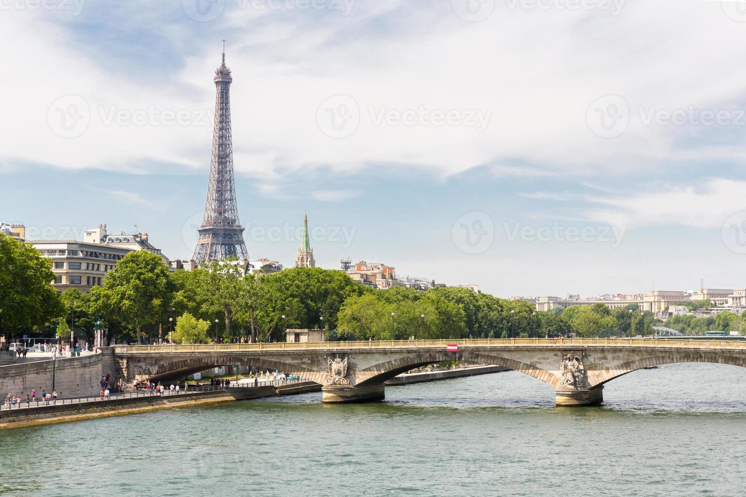 torre eiffel ao longo do rio sena foto