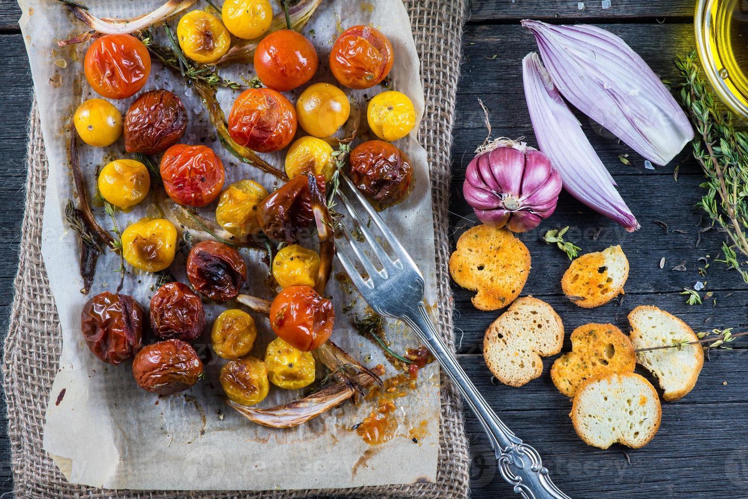 almoçar saudável com legumes assados frescos da primavera foto