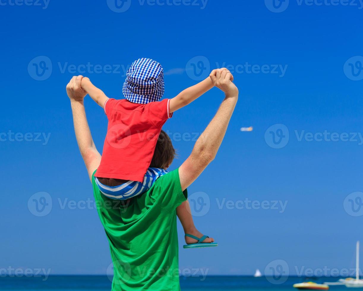 família feliz em férias no mar foto