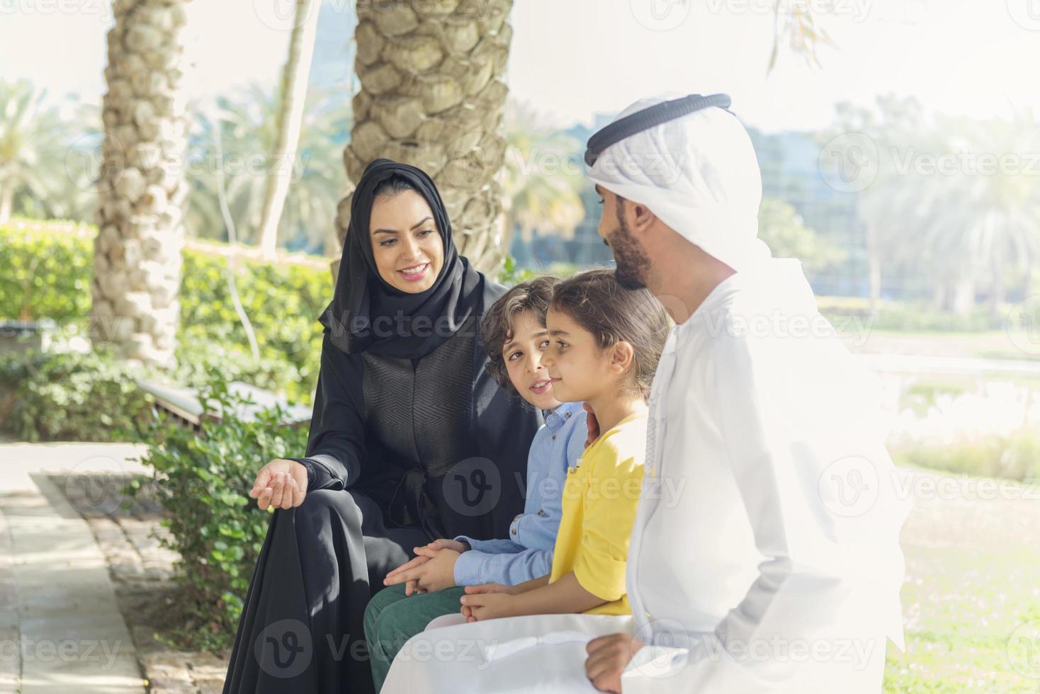 família emirati no parque foto