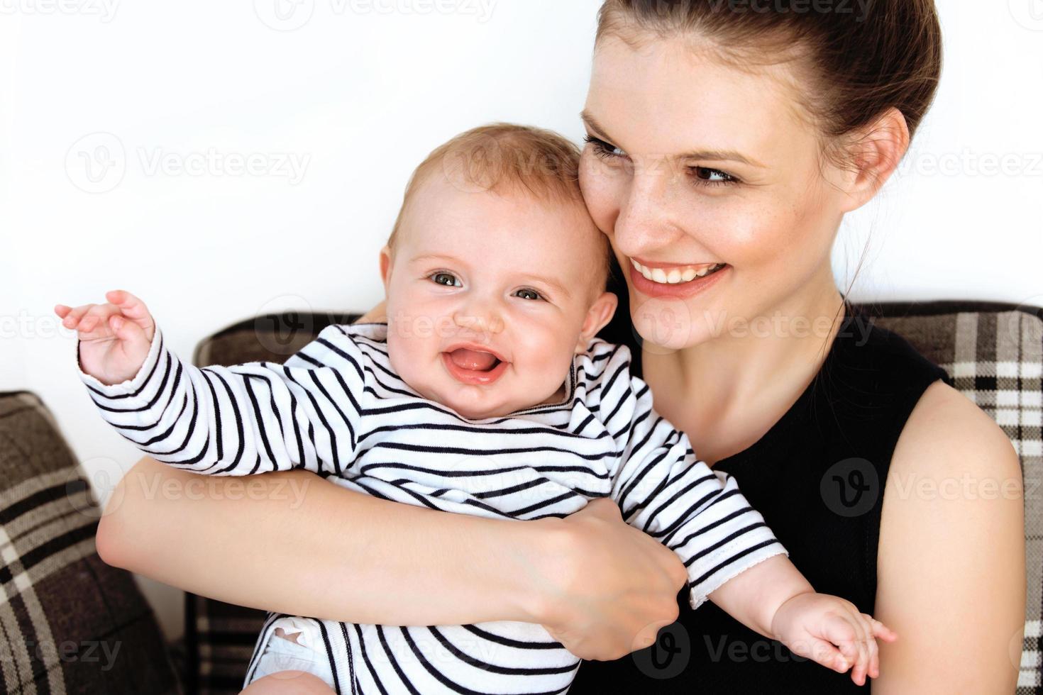 mãe e bebê brincando. família feliz foto
