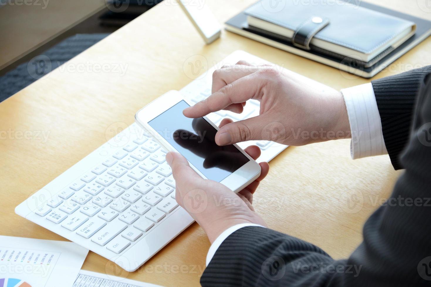 mão do empresário usando smartphone foto