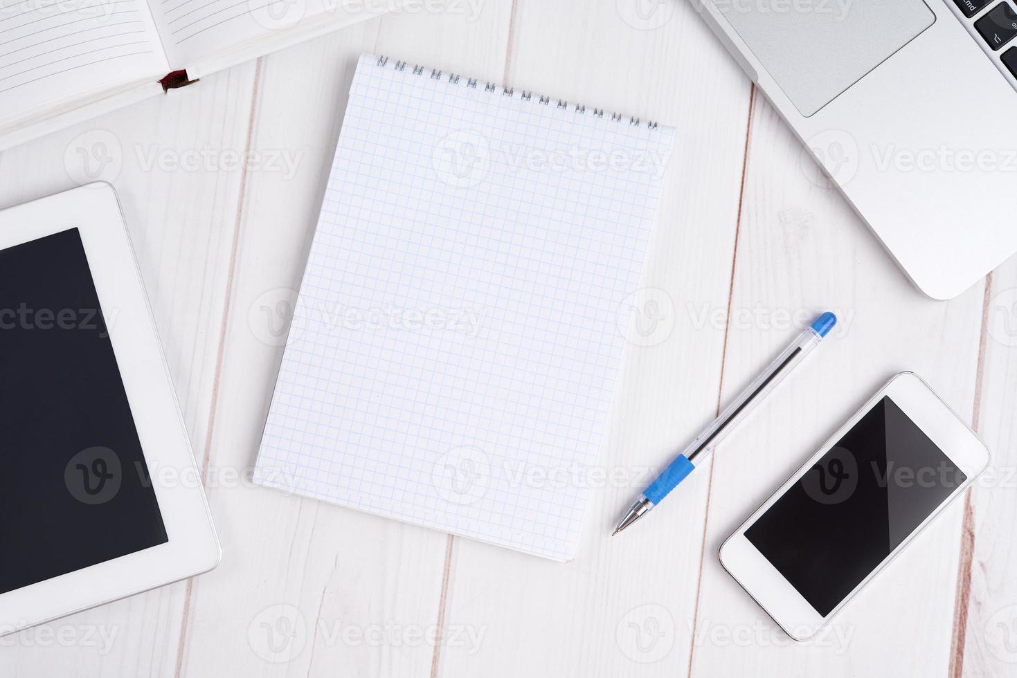 negócios no local de trabalho. laptop, tablet pc, telefone celular, caderno, p foto