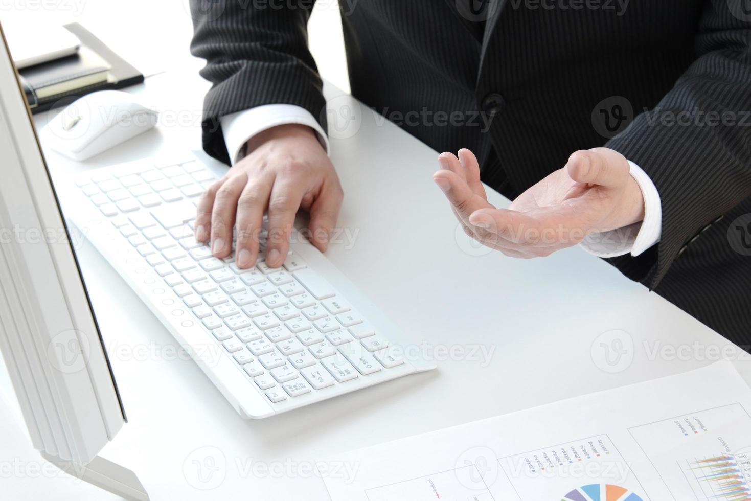 empresário explicando no escritório foto